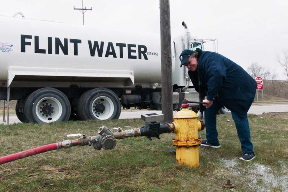 """Oscar""-Preisträger Michael Moore begutachtet das vergiftete Wasser in seiner Heimatstadt Flint, Michigan aus nächster Nähe."