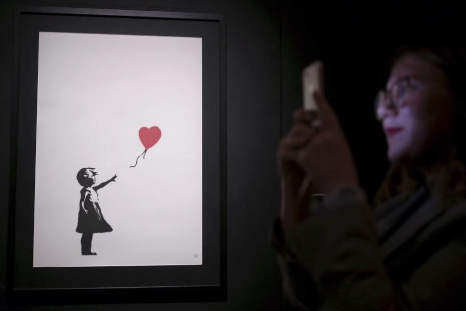 """Das berühmte Banksy-Werk """"Girl and Balloon"""" schredderte sich nach seinem Verkauf selbst."""