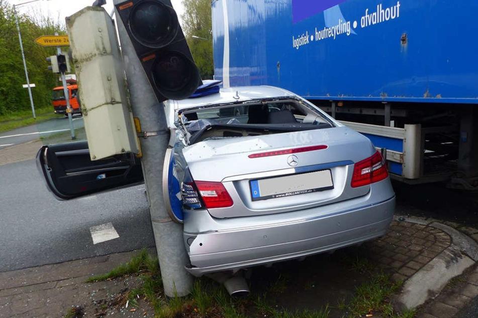 Der Mercedes wurde zwischen Ampel und Lkw eingequetscht.