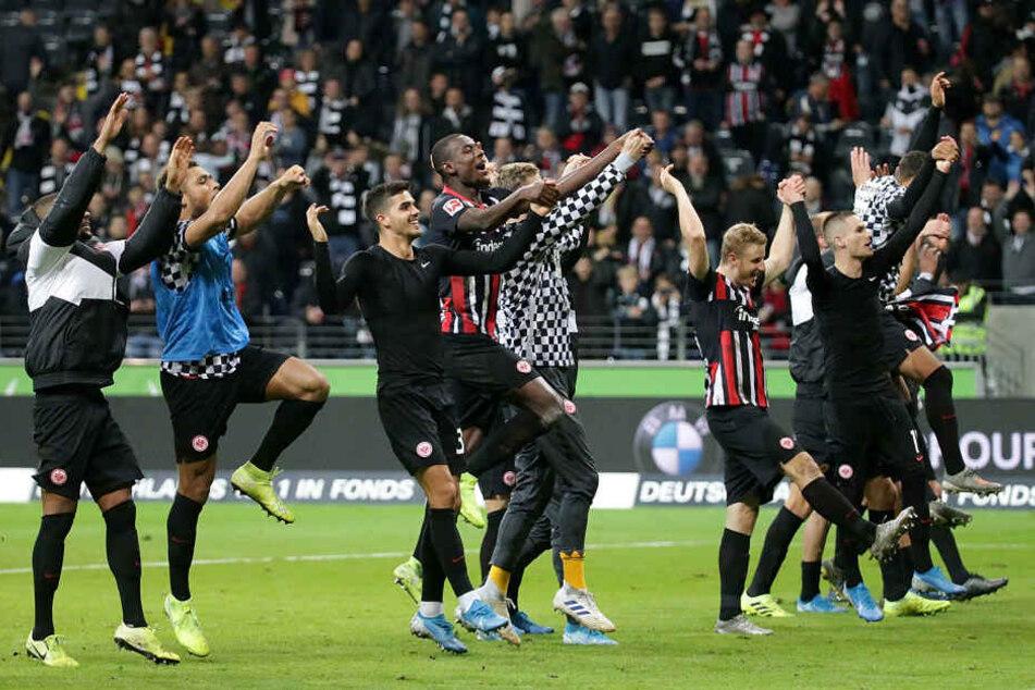 Die Kicker der Eintracht bejubeln den 5:1-Sensationssieg gegen den FC Bayern München.
