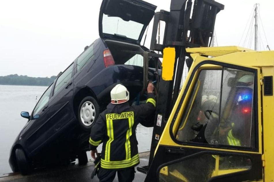 Mit Unterstützung der Feuerwehr konnte das Auto geborgen werden.