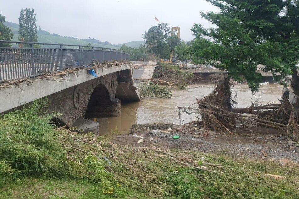 Massive Sockel trugen diese Brücke. Jetzt ist die Hälfte des Bauwerks eingestürzt.