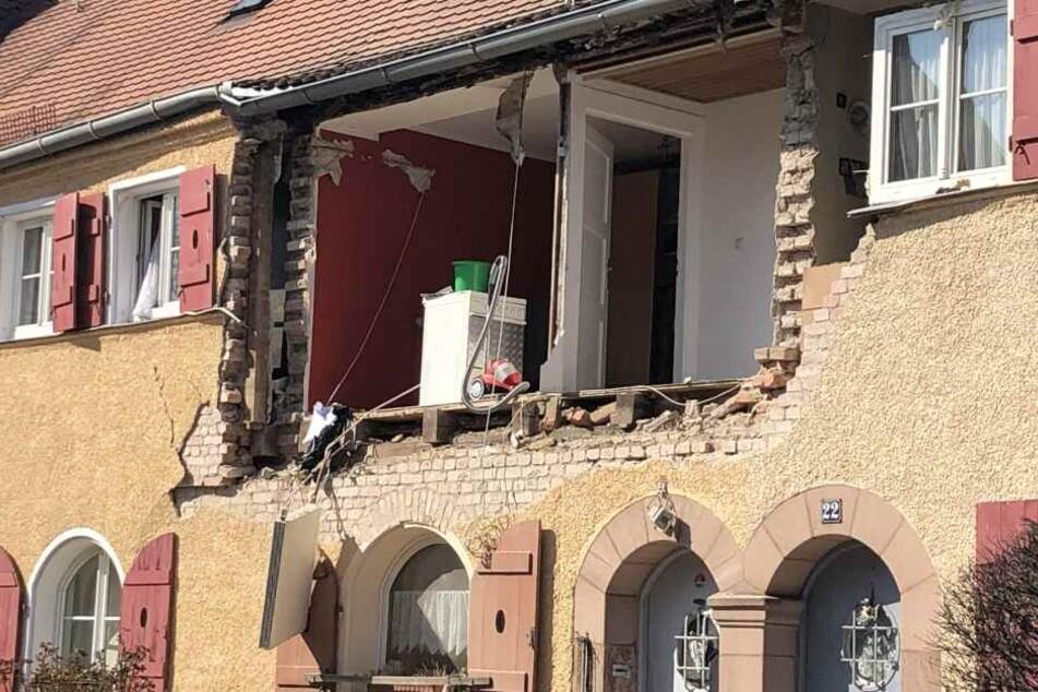Die Hauswand wurde durch die Explosion abgesprengt.