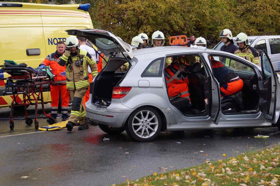 Verkehrsunfall in Bautzen: Der Fahrer eines Mercedes wurde in seinem Wagen eingeklemmt.