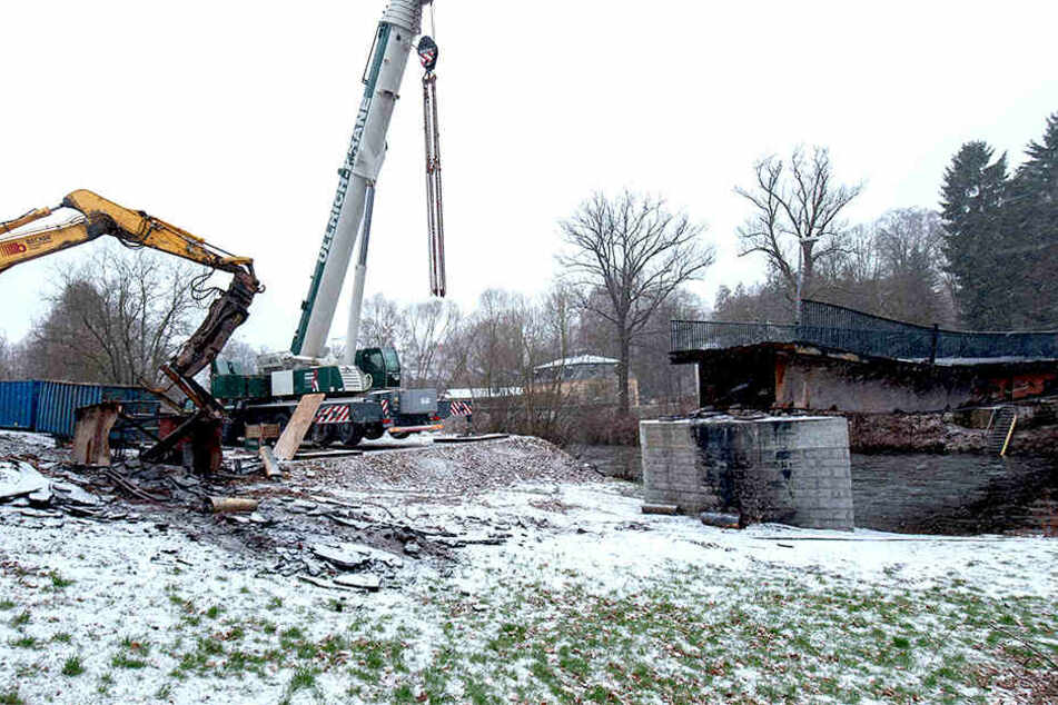 Mit einem Kran wurden Brückenreste erfolgreich abgerissen.
