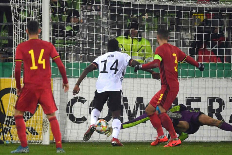 Ragnar Ache macht das Tor zum 2:3-Endstand in der EM-Qualifikation gegen Belgien. Auf den U21-Nationalspieler hat die Eintracht ein Auge geworfen.