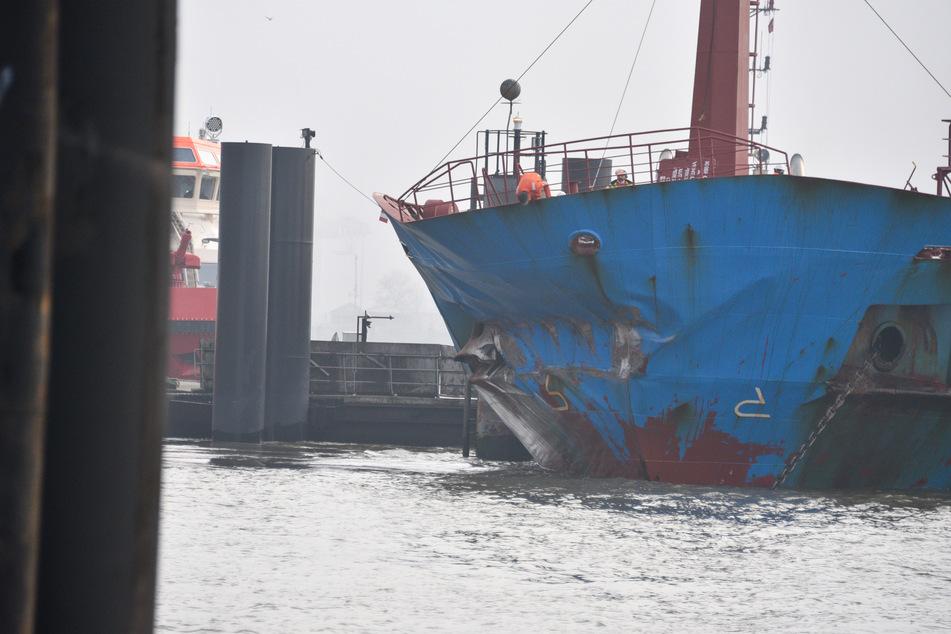 Crash auf der Elbe: Öltanker kracht frontal in Kaimauer