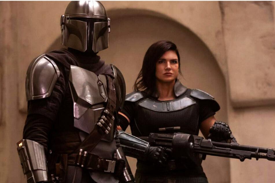 """Bei """"The Mandalorian"""" spielt Gina Carano (38, l, im Bild mit Pedro Pascal als Din Djarin) die Rolle der Cara Dune. Nun wurde sie aufgrund antisemitischer Äußerungen gefeuert."""