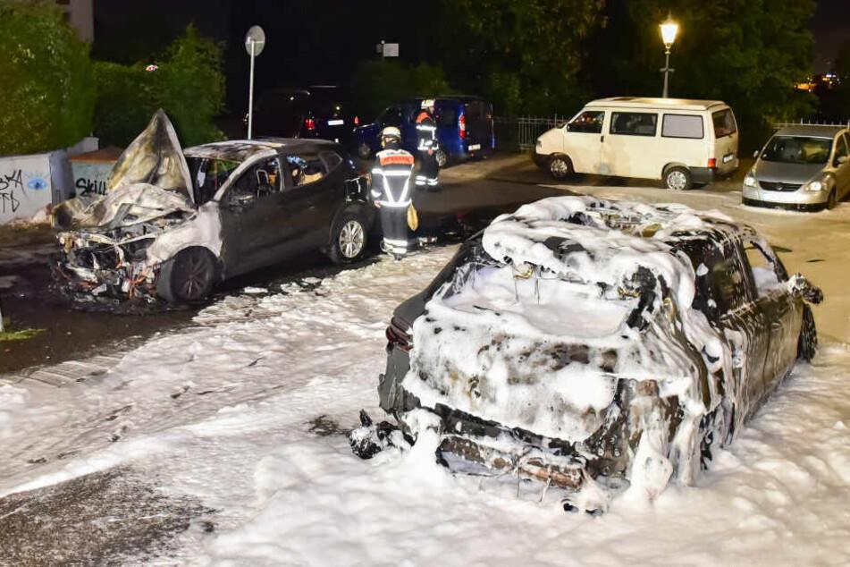 In der Nacht zu Montag musste die Feuerwehr mehrere brennende Autos löschen.