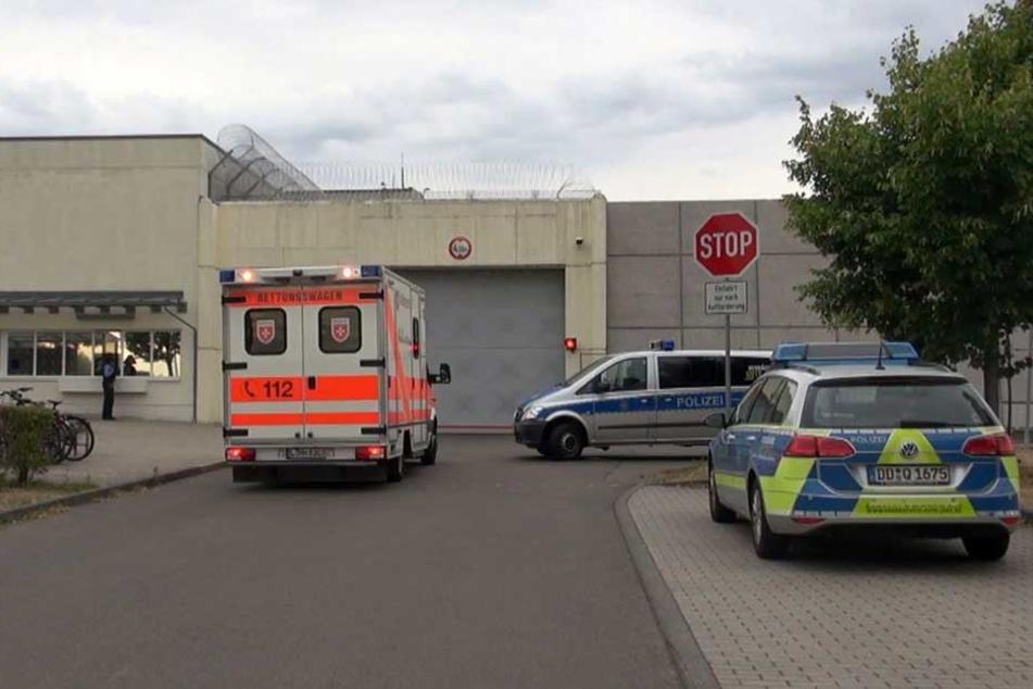 Polizei und Rettungswagen vor der JVA Leipzig.
