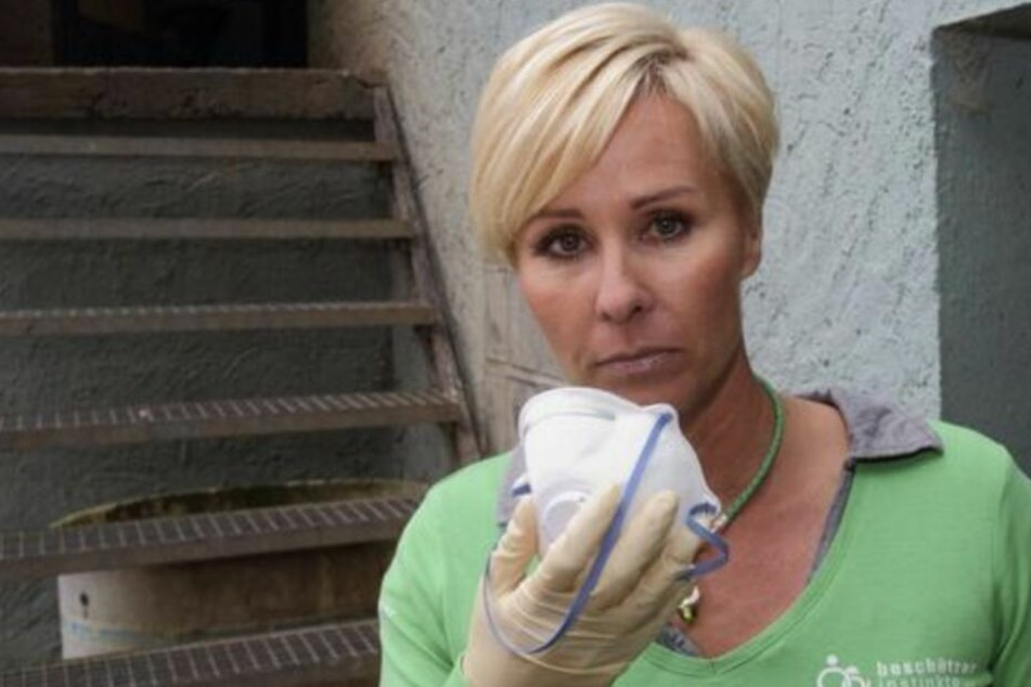 Sonja Zietlow engagiert sich seit Jahren auch als Tierschützerin, wie hier 2011, als sie eine Mieterin räumen ließ, die dutzende Hunde verwahrlosen ließ.