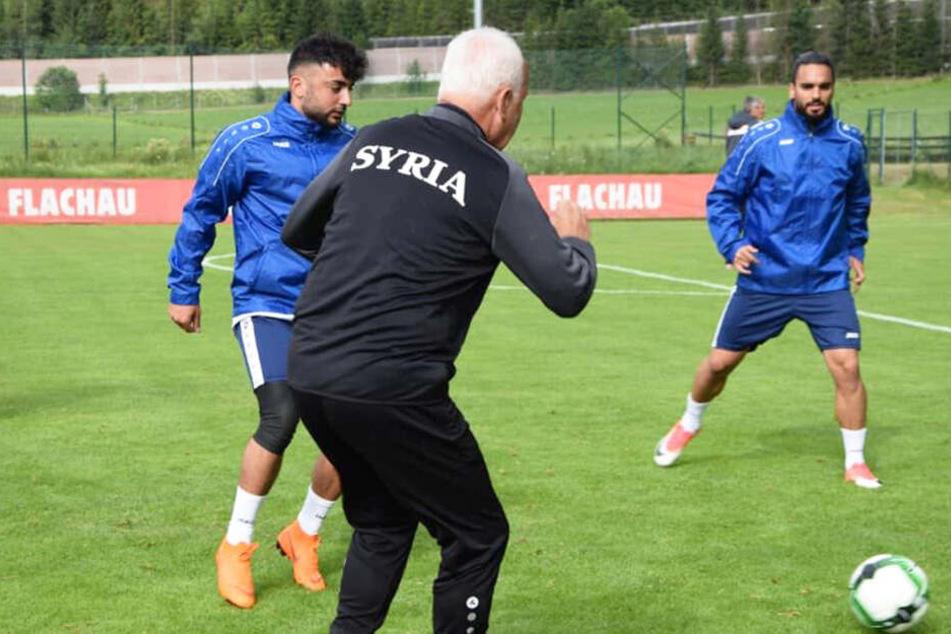 Aias Aosman (l.) im Trainingscamp der syrischen Nationalmannschaft, hier noch unter Coach Bernd Stange (vorn)