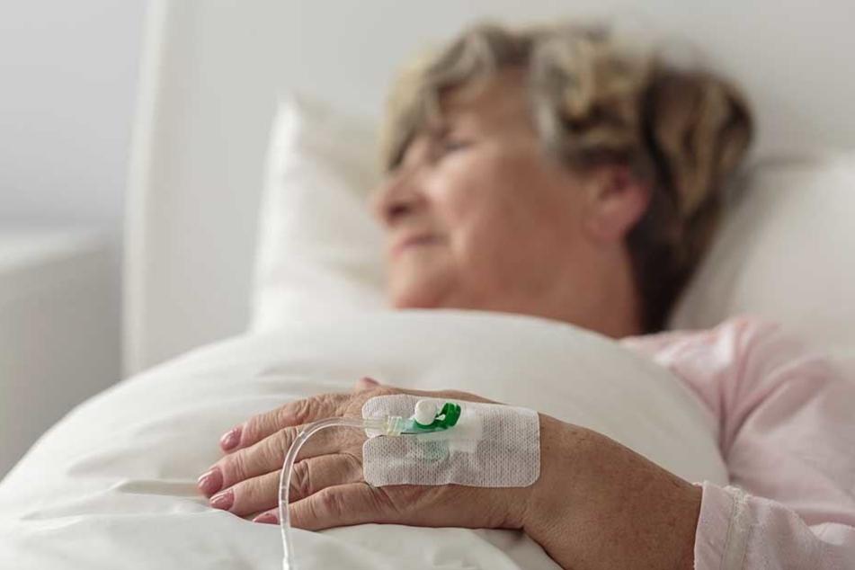 Als er nach seiner toten Frau schauen wollt, schlief sie in ihrem Klinikbett.