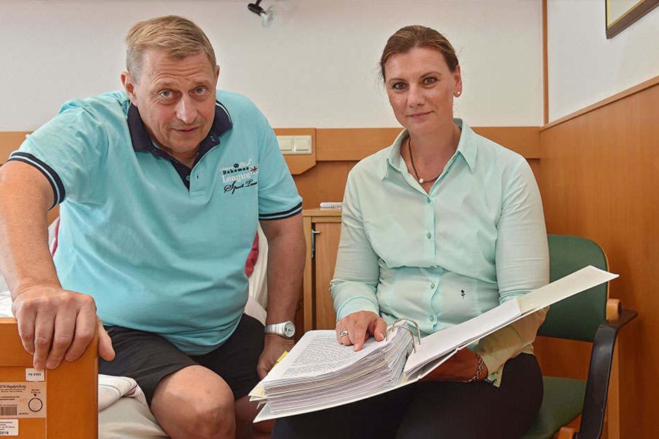 Karsten Felber (55) und seine Anwältin Nadja Döscher-Schmalfuß (46) mussten gegen die AOK vor Gericht ziehen.