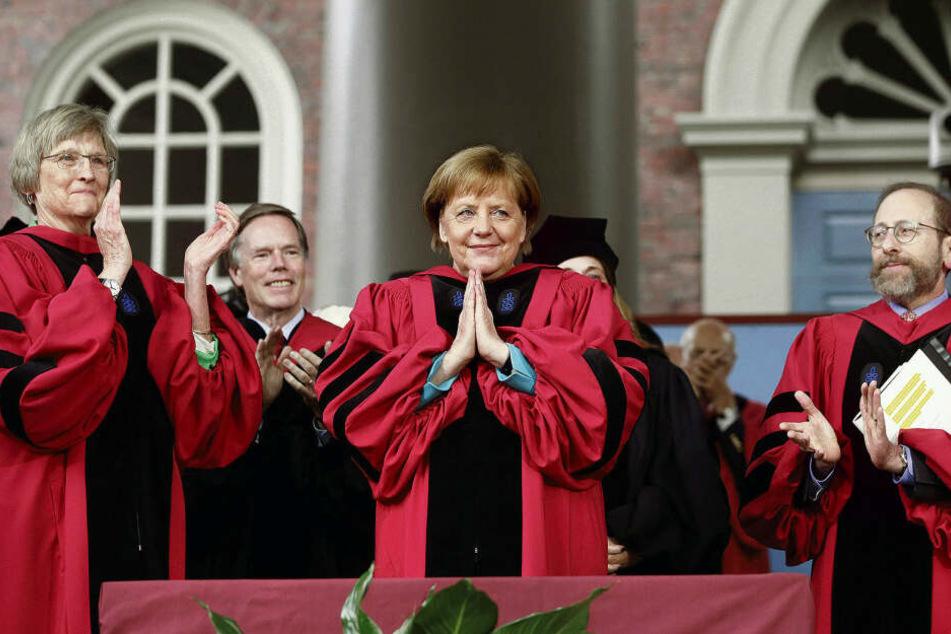 Mal nicht zur Raute, sondern zum Gebet legte Angela Merkel ihre Hände, als ihr die berühmte Harvard-Universität (USA) im Mai die Ehrendoktorwürde verlieh.