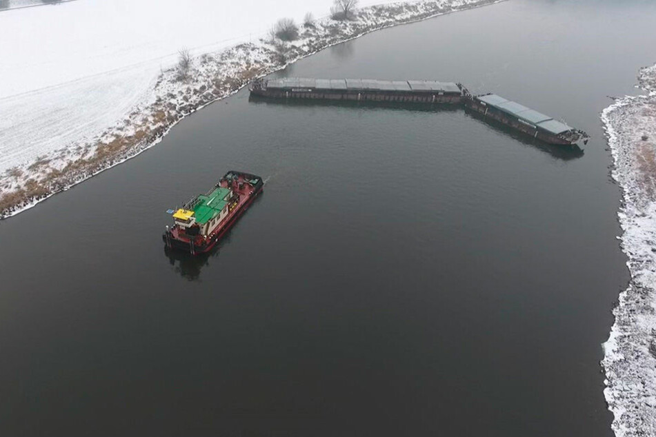 Maschinenschaden! Frachter legte sich auf der Elbe quer