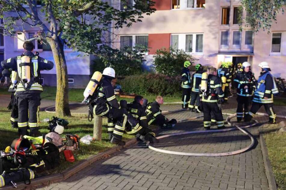 Die Feuerwehrleute mussten das Haus evakuieren.