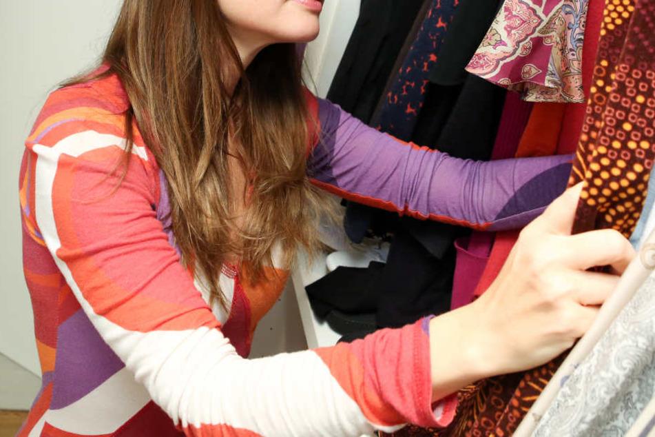 Die Frau hatte sich zwischen den Sachen im Kleiderschrank versteckt. (Symbolbild)