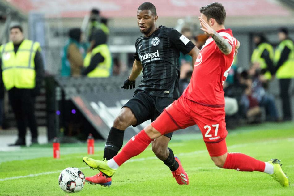 Almamy Toure (li.) spitzelt den Ball an Düsseldorfs Dawid Kownacki vorbei.