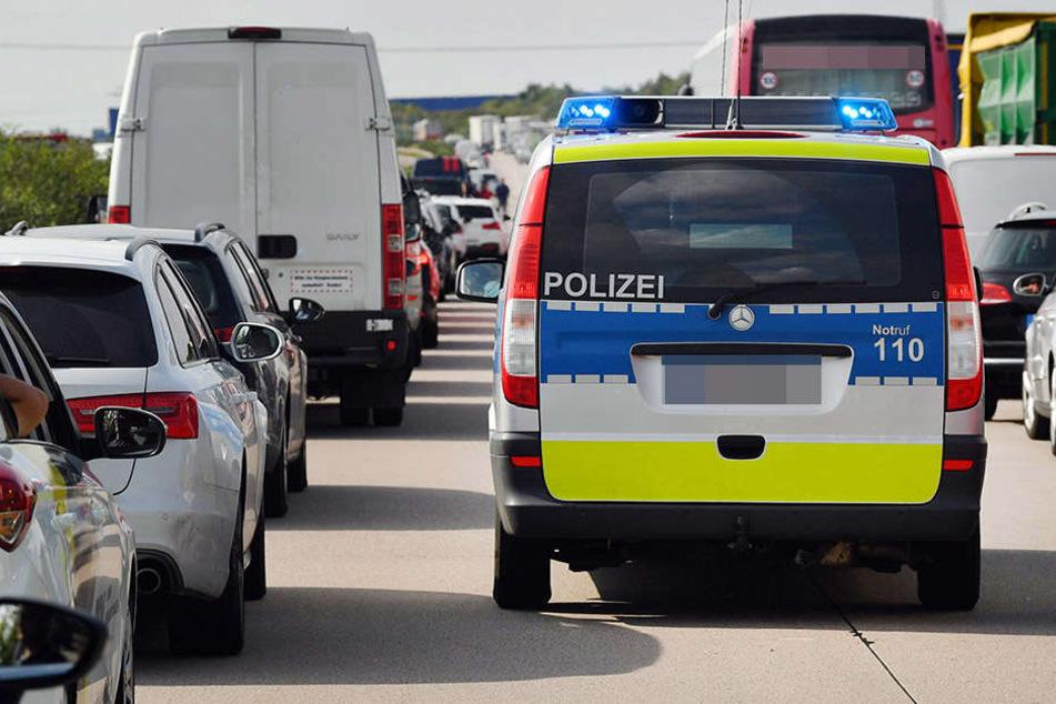 Nachdem er beim Überholen einen neben ihm fahrenden Transporter übersah und einen schweren Unfall verursachte, flüchtete der Lkw-Fahrer. (Symbolbild)