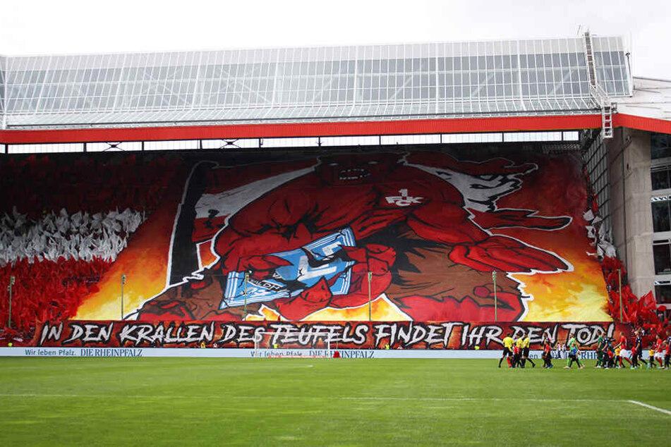 Ein Teil der Choreografie der Fans des 1. FC Kaiserslautern vor dem Derby gegen den SV Waldhof Mannheim.