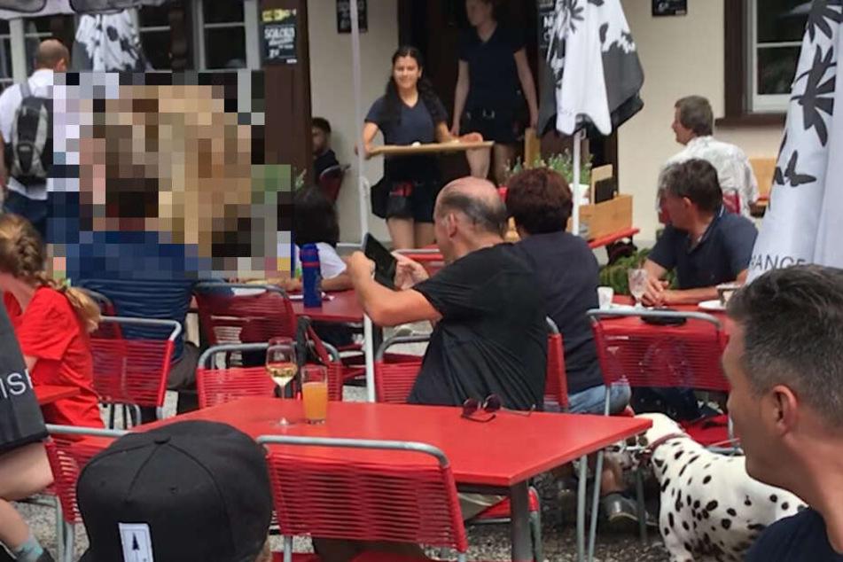 Freizügiges Hinterteil sorgt für Gelächter auf Restaurant-Terrasse