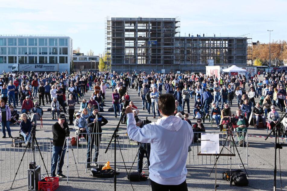 """Teilnehmer der """"Querdenken""""-Demo auf dem Messplatz in Karlsruhe."""