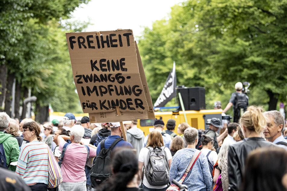 Menschen demonstrieren in Berlin gegen die Corona-Politik.