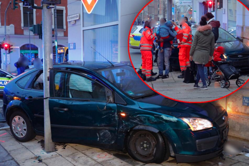 Dramatischer Unfall in Chemnitz: Ford in Menschengruppe geschleudert!