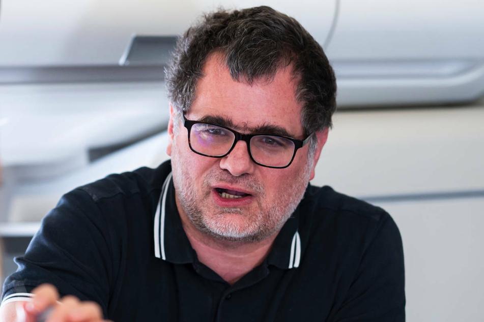 Wolfgang Schmidt (50, SPD) unterhält sich auf einem Flug mit Journalisten. Gegen den Staatssekretär im Bundesfinanzministerium wird ermittelt, weil er auf Twitter den Gerichtsbeschluss zur Durchsuchung im Ministerium veröffentlicht hat.