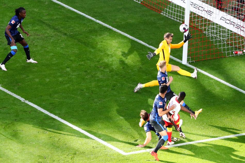 Dayot Upamecano (weiß-rotes Trikot) überwindet Hertha-Torwart Alexander Schwolow (gelbes Jersey) mit diesem Schuss aus Nahdistanz zum 1:1-Ausgleich.