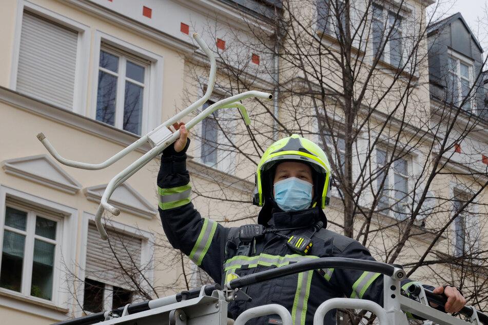 Ungewöhnlicher Einsatz: Die Chemnitzer Feuerwehr holte am Montag ein Tischgestell aus einem Baum, welches sich darin verfangen hatte.
