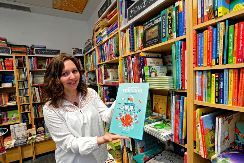 """Sind derzeit der Renner: Susan Seidel vom Buchladen Monokel zeigt ein Kinderbilderbuch, es handelt sich um den Bestseller """"Tiefseedoktor Theodor"""" von Leo Timmers."""