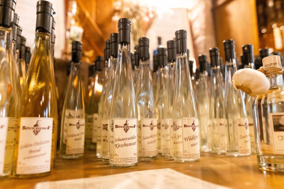 Schallstadt: Flaschen mit verschiedenen Spirituosen, wie Schwarzwälder Kirschwasser oder Zwetschgenwasser, stehen auf einem Tisch zum Verkauf.