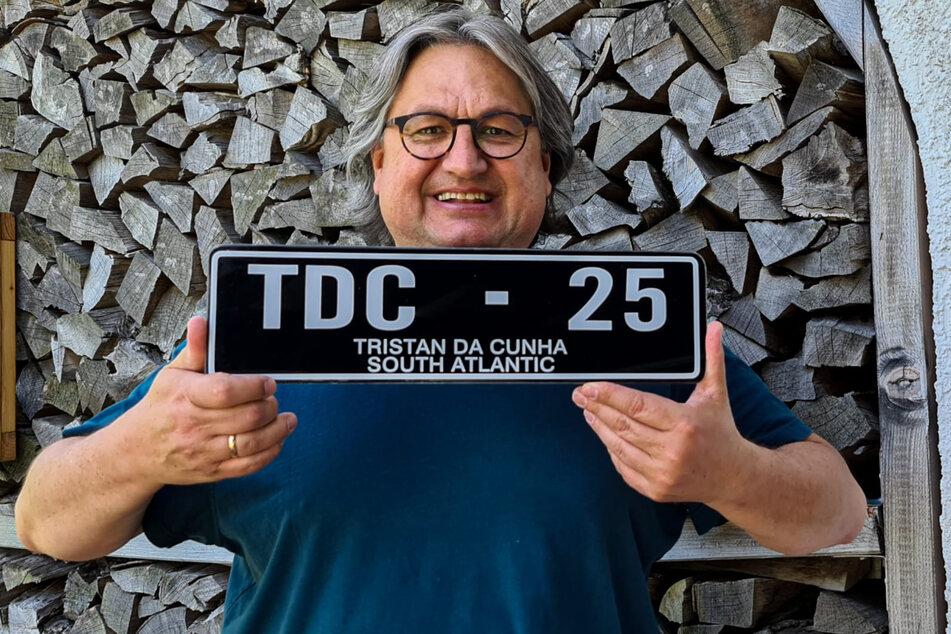 """Von seinen Reisen in mehr als 100 Länder brachte Thomas Junker (56) das Nummernschild von der Insel """"Tristan da Cunha"""" mit."""