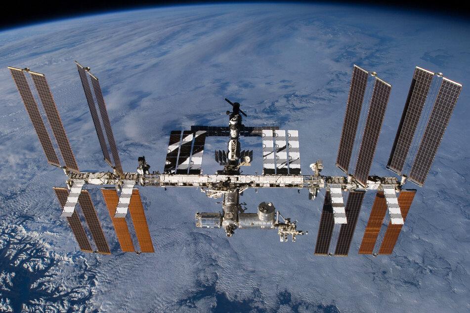Die Internationale Raumstation (ISS) in der Erdumlaufbahn. (Archivbild)