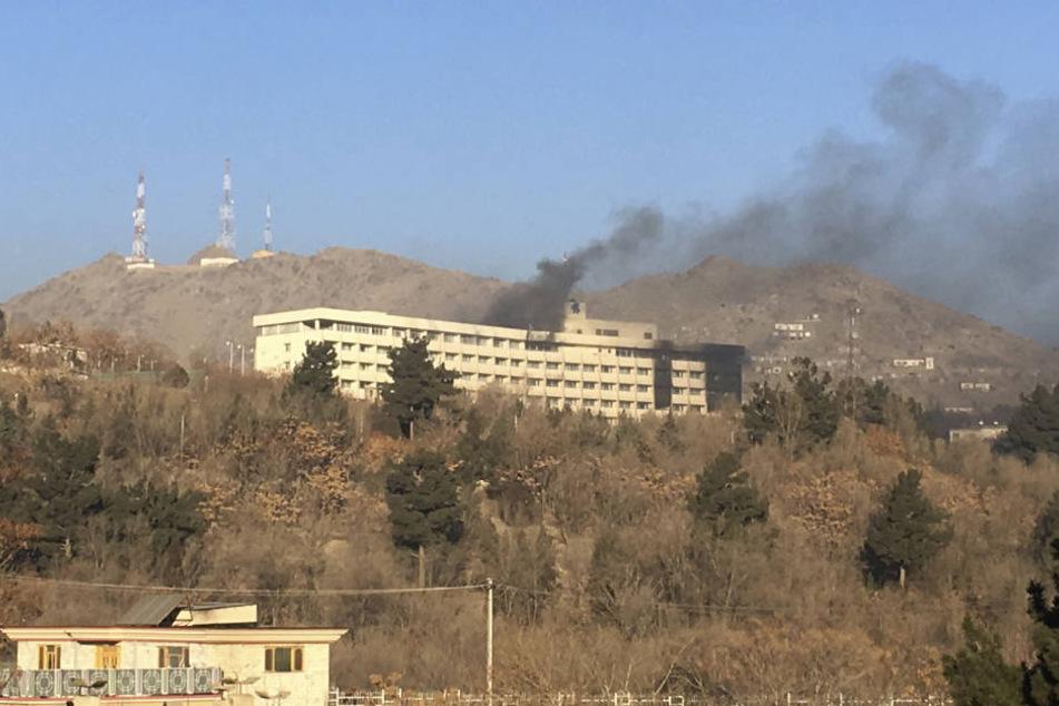 Immer wieder stieg Feuer aus dem Gebäude.
