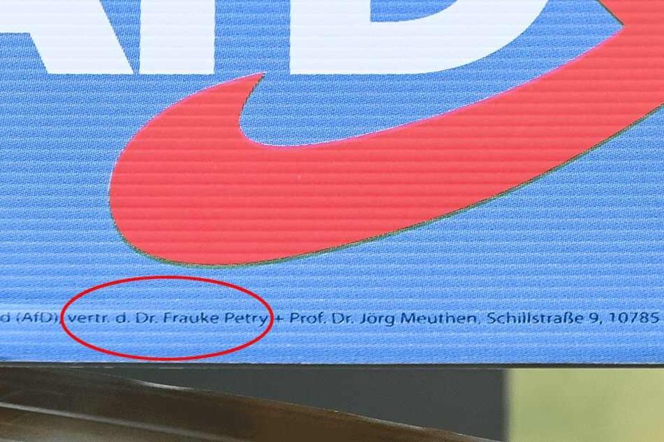 """Der Name """"Frauke Petry"""" am unteren Teil der Plakate."""