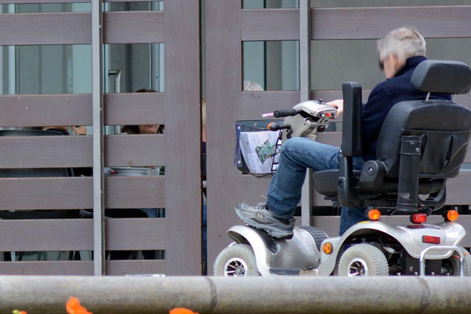 Ein Rollstuhlfahrer hat in Zwickau eine Rentnerin angefahren. (Symbolbild)