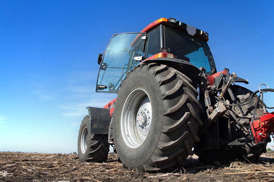 Der Mann wurde unter dem Traktor eingeklemmt und er erlag noch an der Unfallstelle seinen schweren Verletzungen. (Symbolbild)