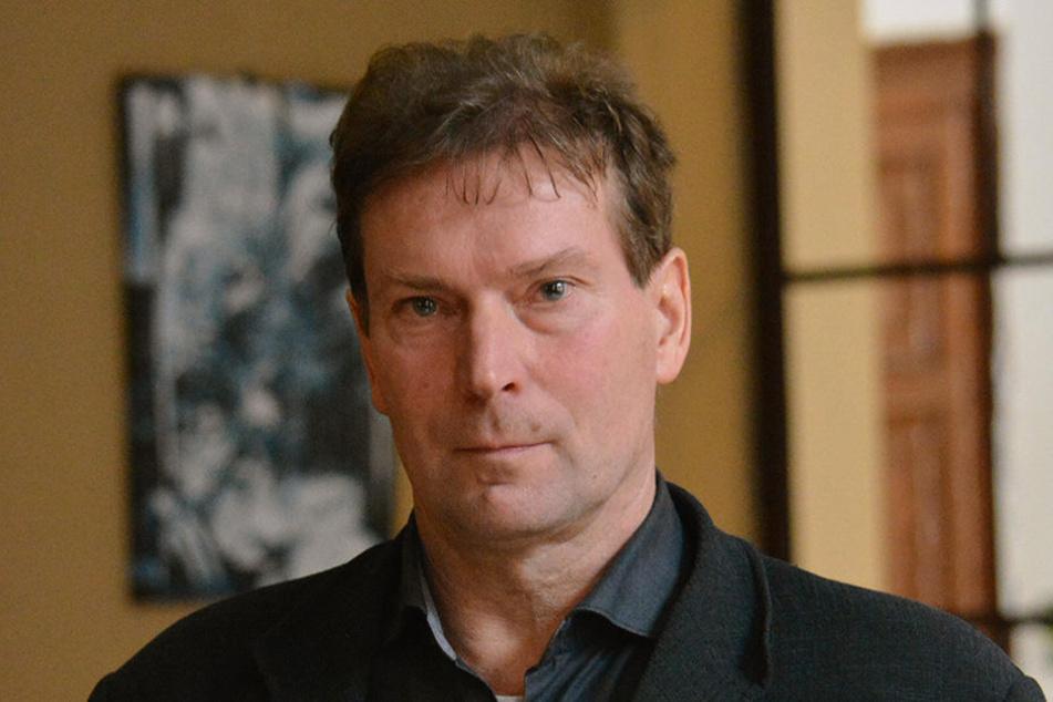 Dr. Steffen Schulze (50) untersuchte die Beweisstücke.