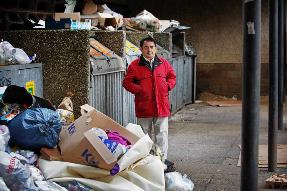 Die Mülltonnen vorm Eingang waren gestern durch den Abfall-Berg kaum noch erreichbar.