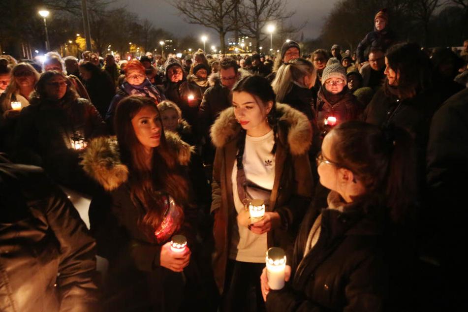 Am Donnerstagabend kamen etwa 1000 Menschen zu einer Trauerveranstaltung am Zoo in Krefeld.