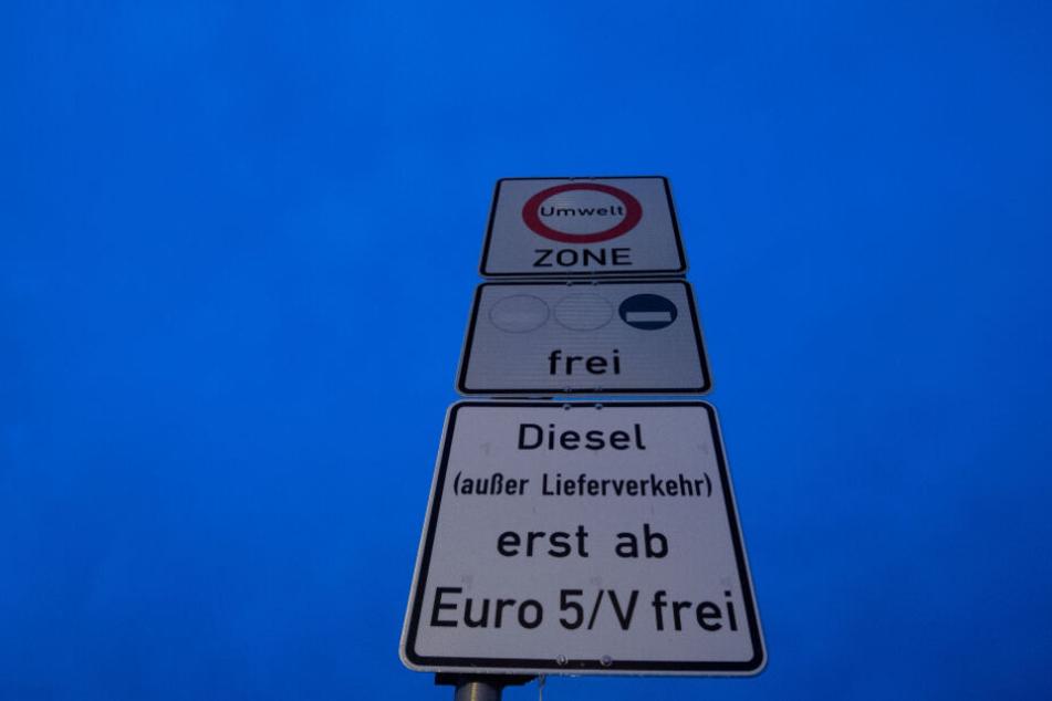 Ein Schild weißt auf das Diesel-Fahrverbot hin.