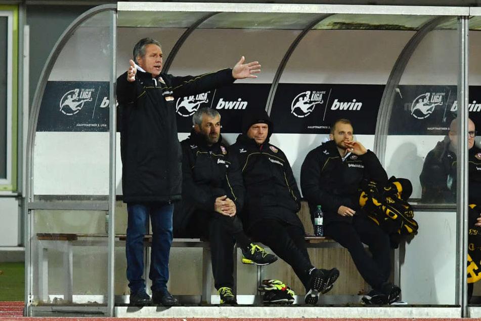 Uwe Neuhaus (l.) konnte sich endlich mal wieder über einen Dynamo-Sieg freuen.