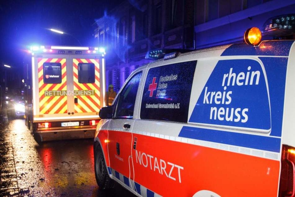 Der Angriff erfolgte am Dienstagabend in Jüchen. Sanitäter und ein Notarzt konnten die Frau mit schweren Verletzungen in ein Krankenhaus bringen.