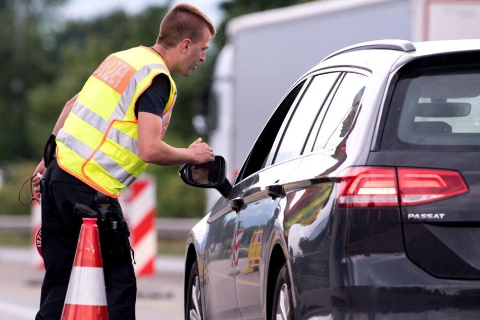 Bei einer Fahrzeugkontrolle stellte die Polizei fest, dass der Beifahrer mit drei Haftbefehlen gesucht wurde. (Symbolbild)