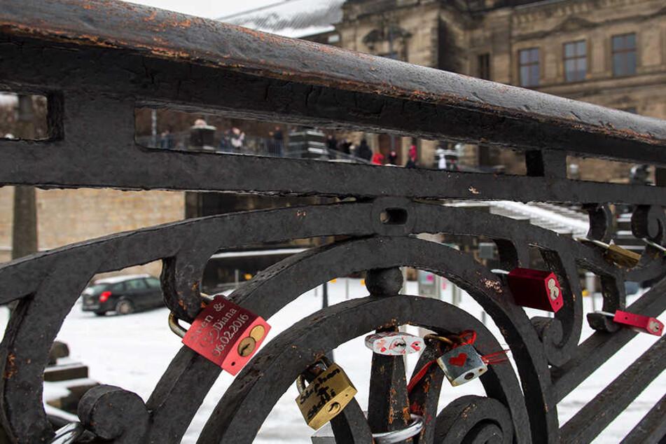 Am historischen Geländer der Augustusbrücke in Dresden hängen auch jede Menge Liebesschlösser.