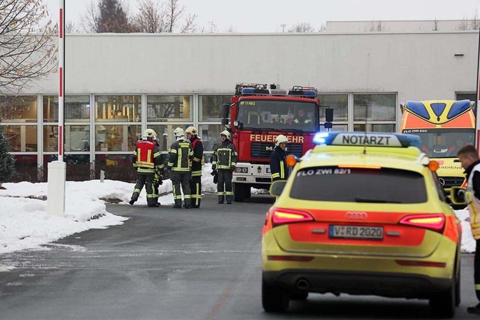 Mindestens zwei Mitarbeiter mussten ins Krankenhaus gebracht werden.