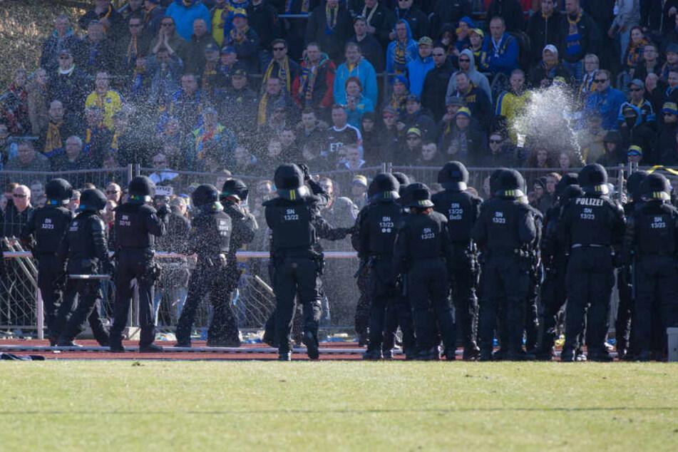 Die Polizisten mussten beim Sachsenpokal-Halbfinale mit Pfefferspray gegen die aggressiven Fußballfans vorgehen.